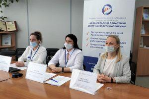 Специалисты отделений занятости консультируют подростков по вопросам временного трудоустройства